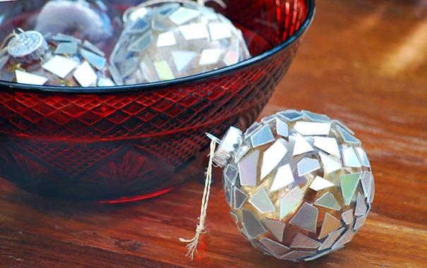 креативно использовать ненужные CD-диски: прозрачные елочные шары, украшенные кусочками - результат