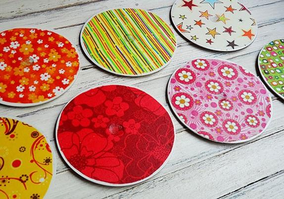 креативно использовать ненужные CD-диски: подставки под стаканы в бумаге для скрапбукинга