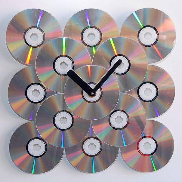 креативно использовать ненужные CD-диски: настенные часы из нескольких дисков