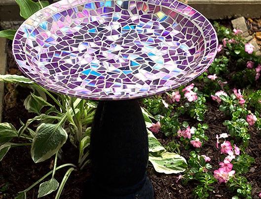 креативно использовать ненужные CD-диски: выкладываем кусочками купальню для птиц на садовый участок