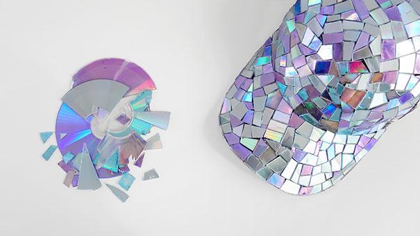 креативно использовать ненужные CD-диски: зеркальная кепка