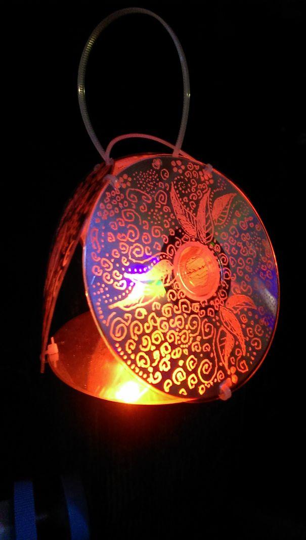 креативно использовать ненужные CD-диски: подвешиваемый фонарь или подсвечник