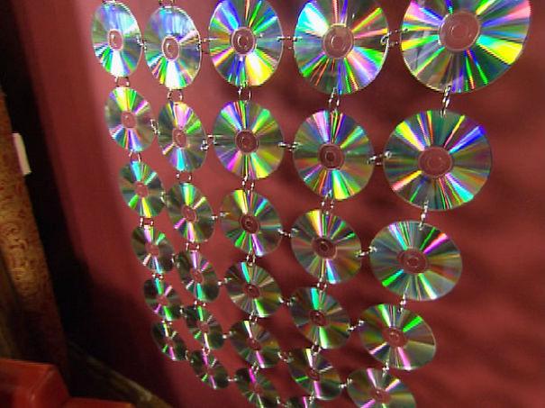 креативно использовать ненужные CD-диски: панно из сцепленных дисков