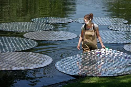 """креативно использовать ненужные CD-диски: плавающие на пруду """"листья"""""""