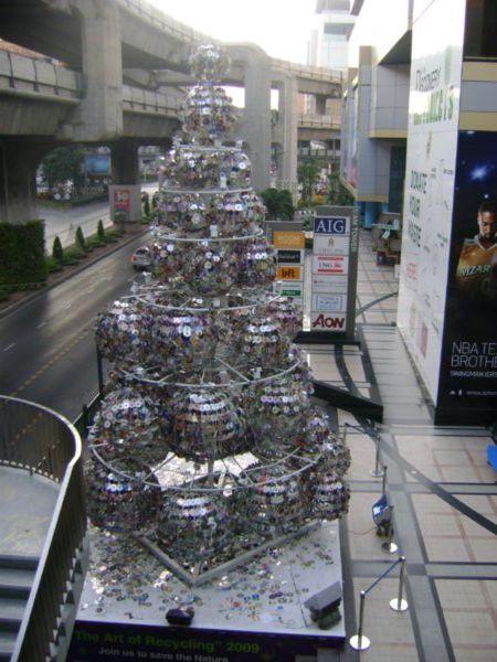креативно использовать ненужные CD-диски: новогодняя елка из шаров из дисков
