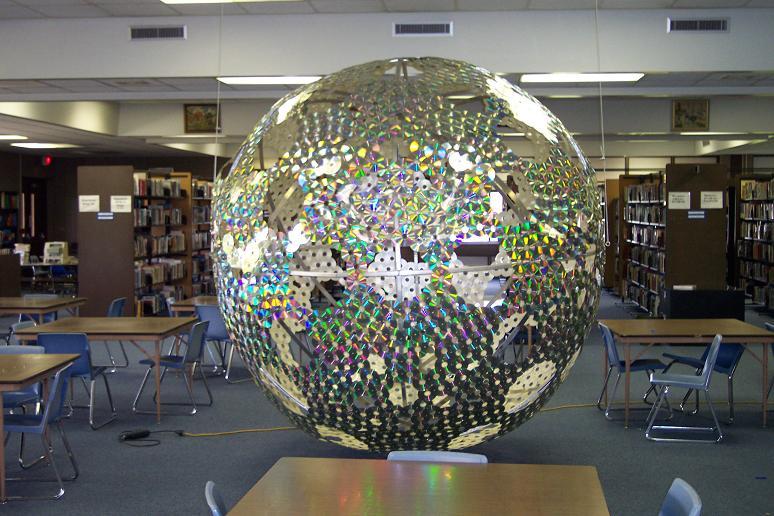 креативно использовать ненужные CD-диски: инсталляция-шар для библиотеки