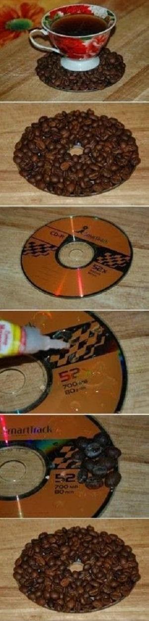 креативно использовать ненужные CD-диски: подставки под стаканы с наклеенными кофейными зернами