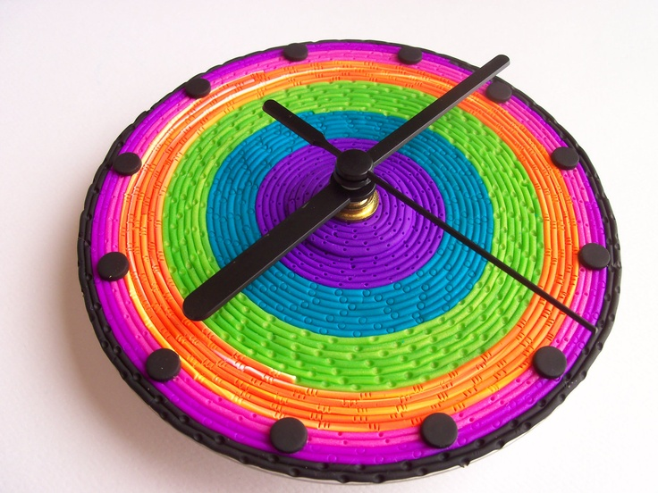 креативно использовать ненужные CD-диски: яркие небольшие настенные часы с полимерной глиной