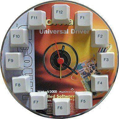 креативно использовать ненужные CD-диски: небольшие настенные часы с клавишами клавиатуры
