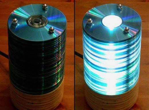 креативно использовать ненужные CD-диски: настольный светильник