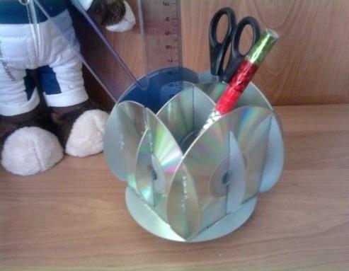 креативно использовать ненужные CD-диски: настольная подставка под ручки и карандаши