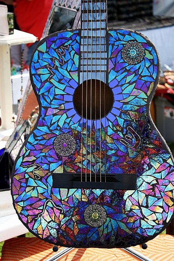 креативно использовать ненужные CD-диски: выкладываем кусочками гитару