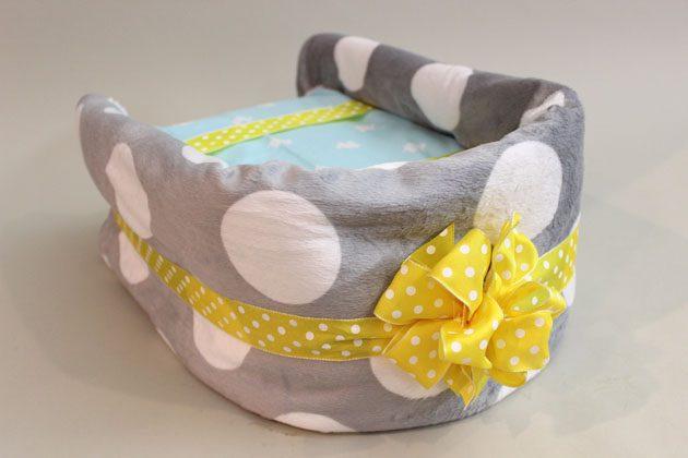 Оберните полоску из одеяла по периметру основы люльки с трех сторон – полоска должна закрыть 3 стороны полностью