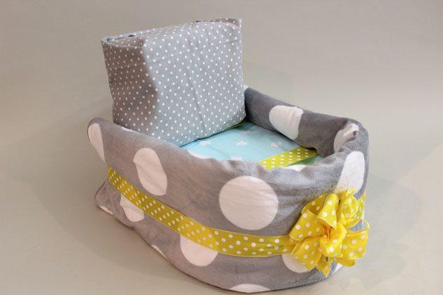 Вложите подушечку в коляску из подгузников