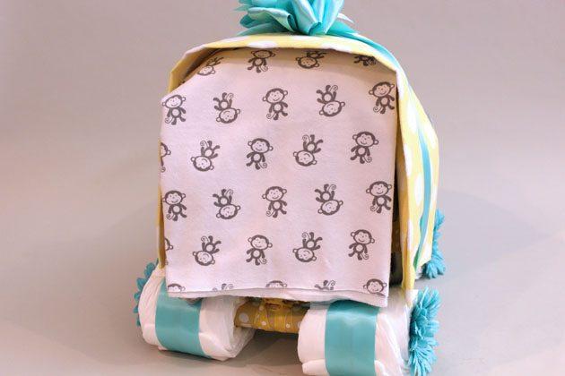 4-е одеяльце/простынку и просуньте его/ее сзади между подушкой и верхним одеялом, получая что-то вроде шторки