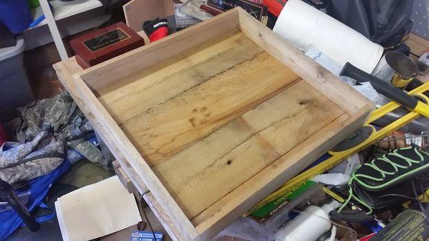 Из любого подходящего крепкого материала сделайте коробку с низкими стенками