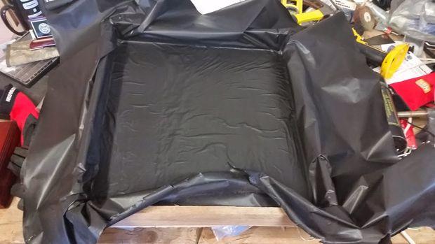 Чтобы смесь из песка не протекла сквозь зазоры и трещины в основе, можно проложить дно вашей основы-рамки полиэтиленом
