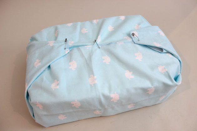 Оборачиваем конструкцию из подгузников детским одеяльцем/простынкой, как подарок