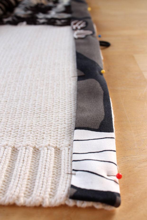 Перегните по длине обе полоски через необработанные края – т. е. ткань пойдет внутрь свитера