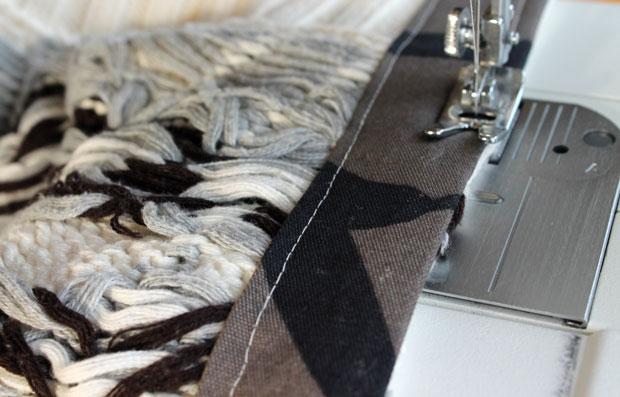Затем сделайте вторые швы тоже по длине, но уже ближе к ранее необработанному краю свитера