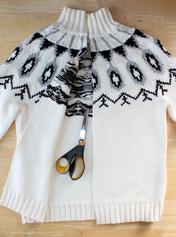 Наметьте линию разреза на свитере спереди по центру и аккуратно разрежьте по длине