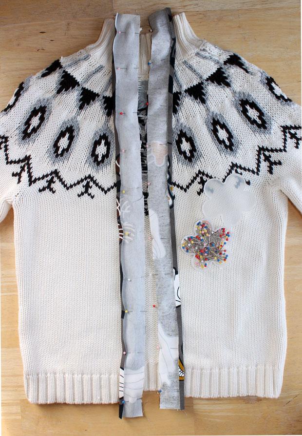 прикалываем ткань к разрезам на свитере