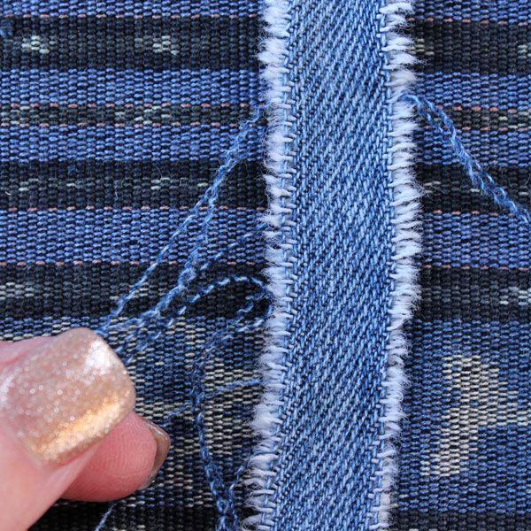 Выдерните из лент по бокам лишние отошедшие нитки