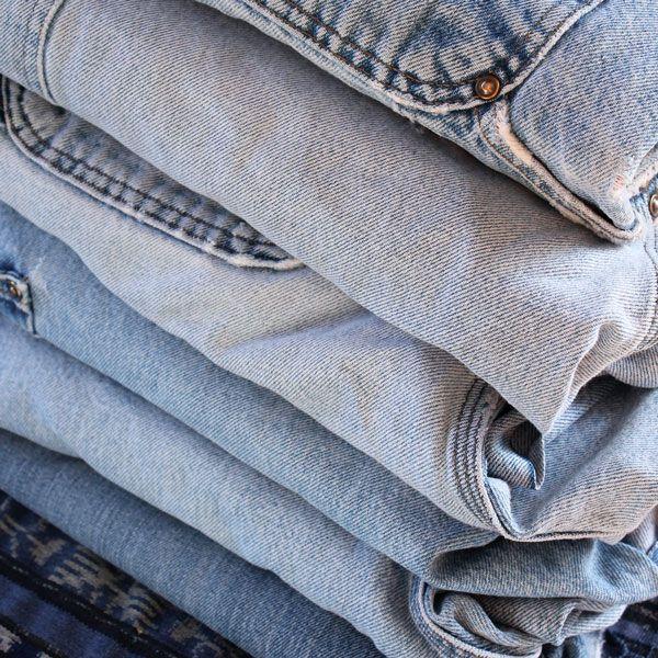 стопка старых джинсов