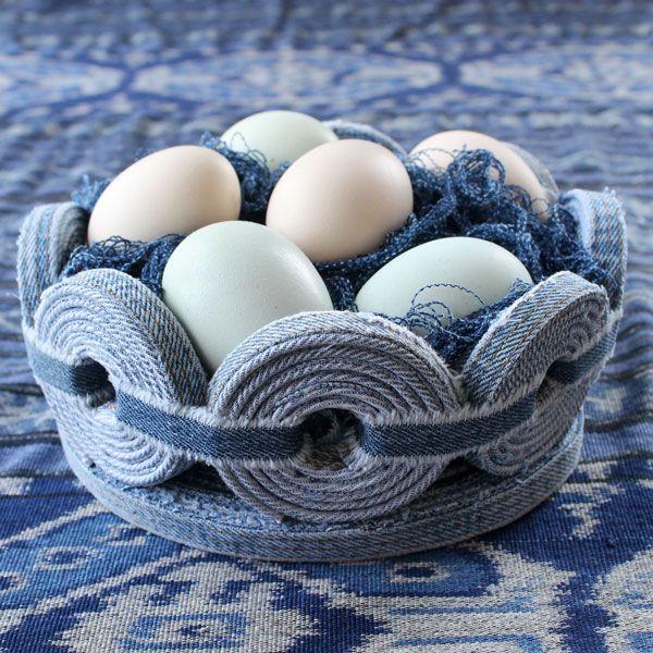 корзинка из джинс, наполненная яйцами