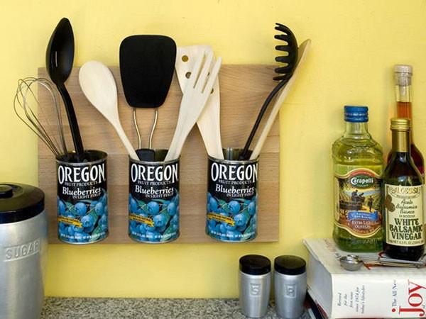 Навесной держатель для кухонной утвари из консервных банок