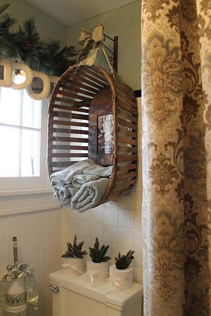 Старая корзина для белья превращена в полку с зеркалом для полотенец