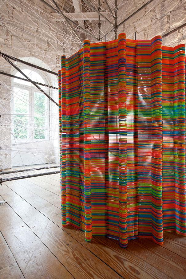 Из своих залежей пластиковых вешалок сложить ширму или разделитель для комнаты