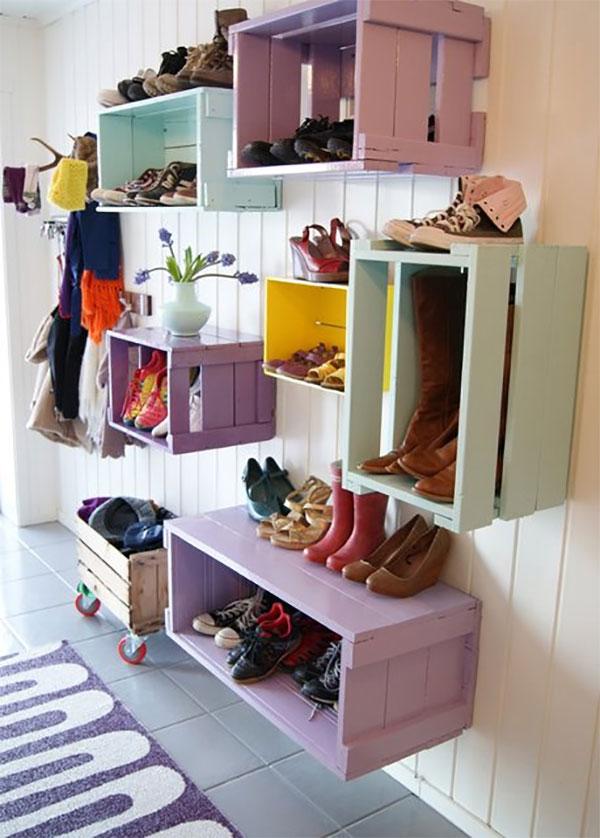 Старые деревянные ящики при правильном подборе краски становятся полками и хранилищами для обуви в детском саду