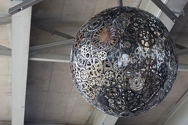 шар-люстра для дискотеки из старых велосипедных деталей