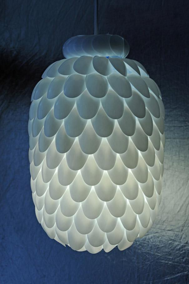 Из пластиковых ложек – кухонная или дачная лампа