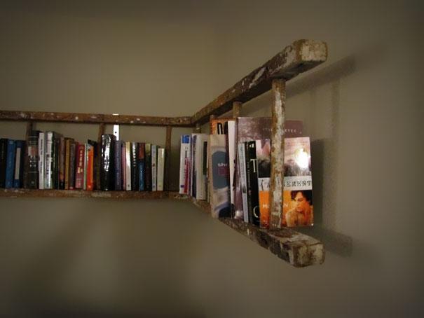 самые простые книжные полки из старой лестницы