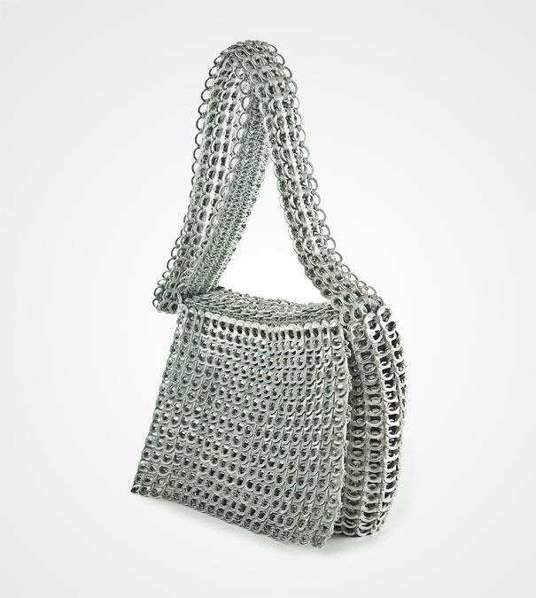 Скрепляя вместе колечки от банок с газировкой не так сложно смастерить модную сумку в стиле милитари или гранж
