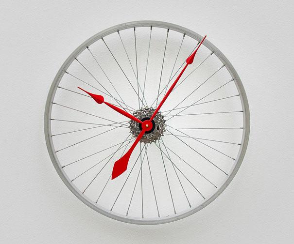 часы настенные из колеса велосипеда