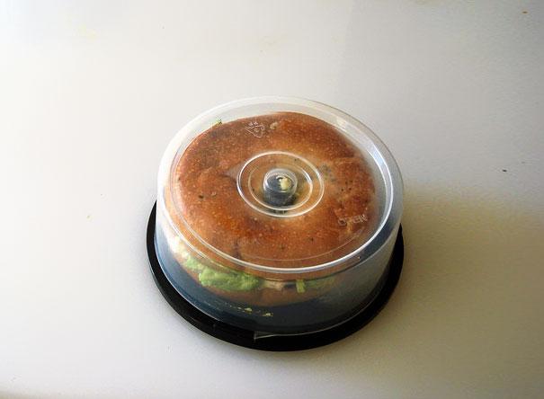 Из тщательного вымытого кейса из-под CD или DVD болванок получится идеальная переноска с держателем для пончиков и бубликов