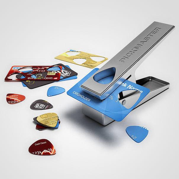 При наличии декоративного степлера из кредитных карточек получаются отличные гитарные медиаторы