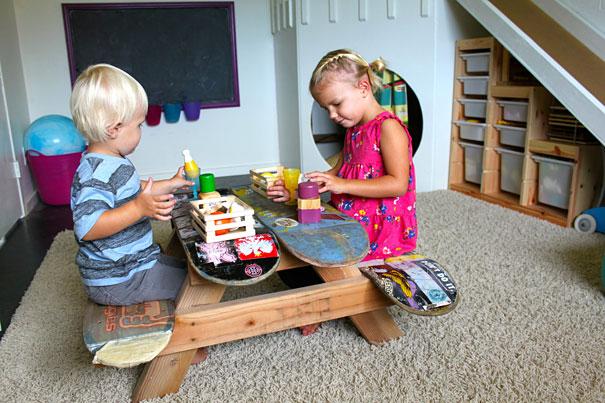 Из старых скейтбордов при качественной обработке можно сделать детский столик