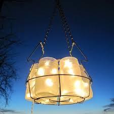 люстра из банок и LED гирлянд для открытого воздуха