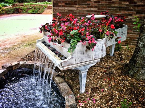 Фортепиано, превращенное в садовый фонтанчик