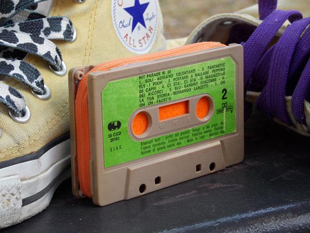 Аудио или видеокассета, превращенная в клатч, кошелек для мелочи или косметичку