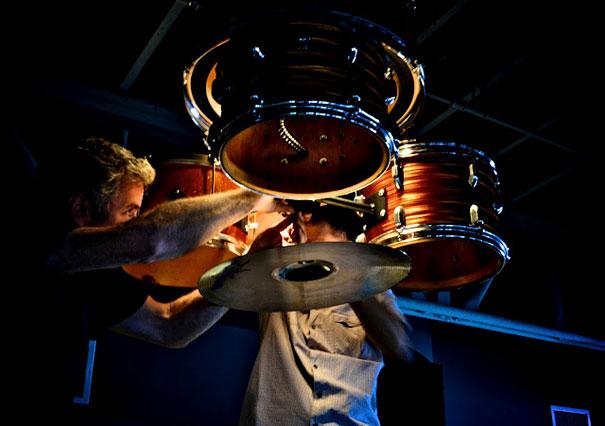 Старая барабанная установка, с небольшой помощью краски и проволоки ставшая поистине аутентичной люстрой