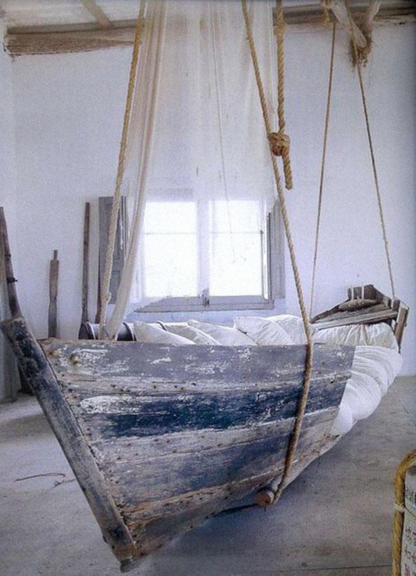 Подвешенная кровать из старой деревянной лодки