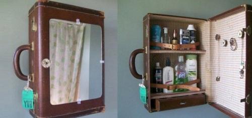 старый картонный чемодан переделан в шкафчик для ванной с зеркалом