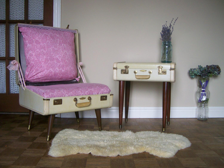 старые чемоданы переделаны в кресло и прикроватный столик