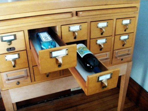 Старый картотечный шкаф мы превращаем в очень удобное подписанное хранилище для вина