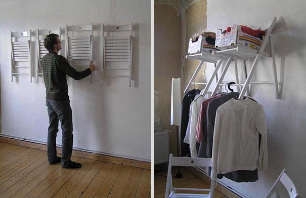 Отслужившие свое раскладные кухонные или дачные стулья можно покрасить и закрепив на стене, использовать одновременно как полки и вешалки